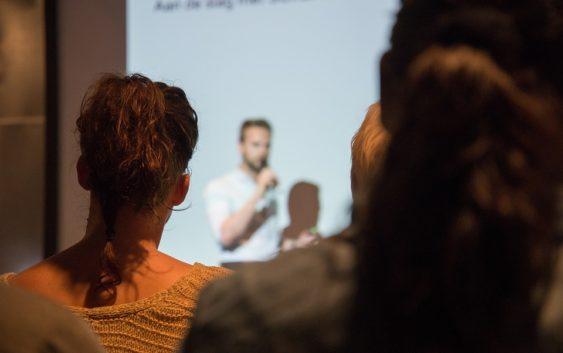 Tipy, aby se vám při konferencích nebo přednáškách netřásl hlas