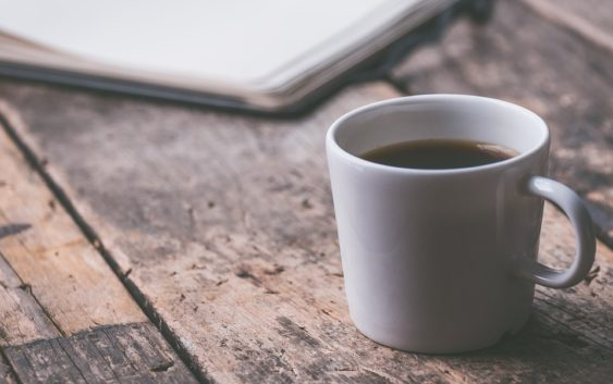 Je polití horkou kávou pracovním úrazem?